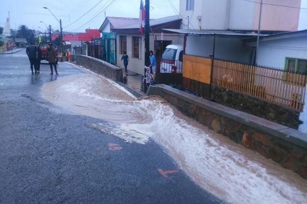 Carabineros de Huasco y Freirina apoyan a pobladores afectados por las lluvias