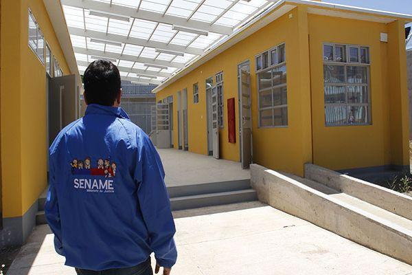 """Funcionarios del Sename aseguran que a 15 meses de la crisis los cambios """"no han sido mayores"""""""