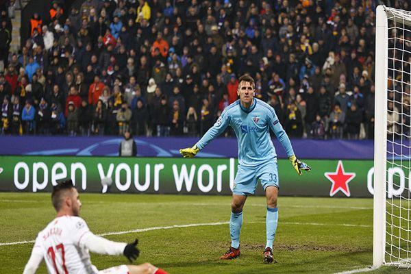 El desafortunado error del arquero del Maribor que dio el triunfo al Sevilla en la Champions