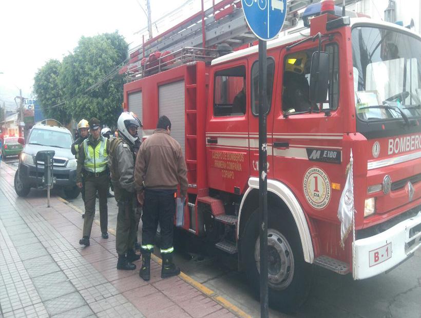 Carro de bomberos fue detenido por Carabineros al chocar con un vehículo.