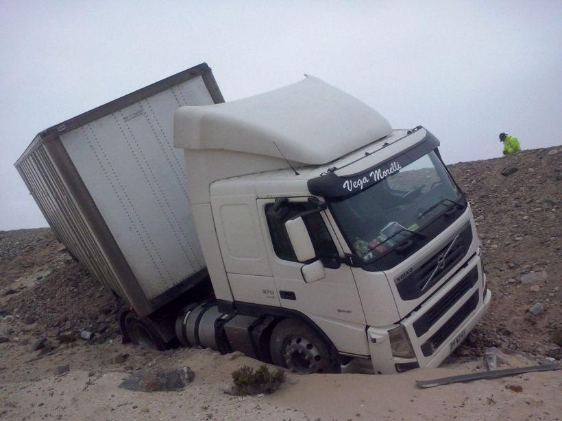 Un camión cayó a una pendiente en la Ruta 5 Norte en Caldera