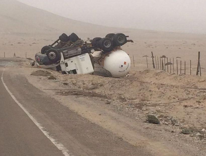 Camión con carga peligrosa se volcó en la Hacienda San Pedro en Copiapó