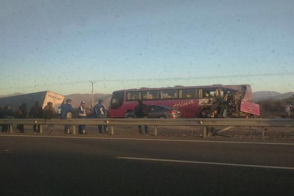 Un bus casther y un camión protagonizan accidente en ruta entre Copiapó y Caldera