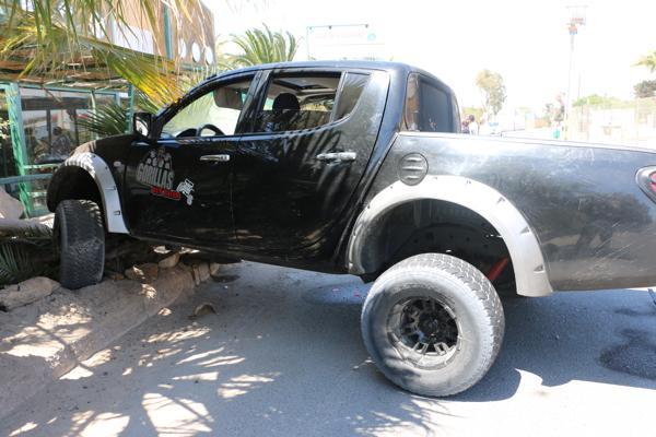 Camioneta Mitsubishi choca a gran velocidad en Bahia Inglesa