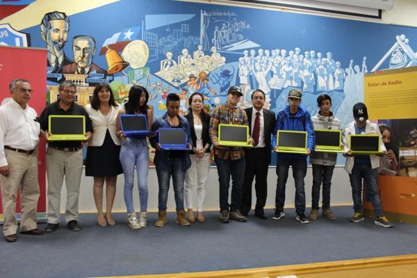 Gobierno entregó más de 50 computadores con conectividad a estudiantes de 7º básico de educación de jóvenes y adultos