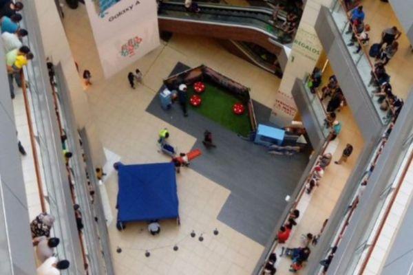 Mujer muere tras lanzarse desde el 5° piso en Costanera Center