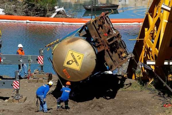 Hoy sacaron del río Toltén el último de los siete vagones de tren