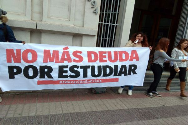 Estudiantes universitarios de Atacama realizaron intervención en las afueras del Banco Estado