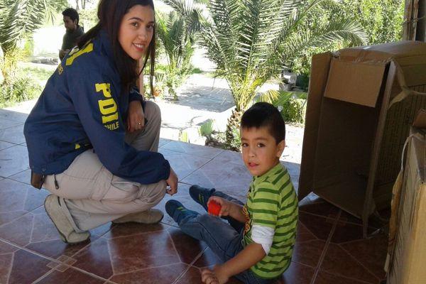 Detectives comparten con damnificados en zona de catastrofe