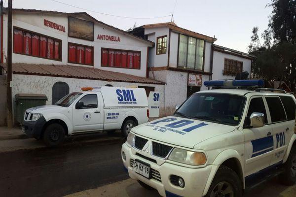 Detectives de la brigada de homicidio investigan muerte en residencial de Tierra Amarilla
