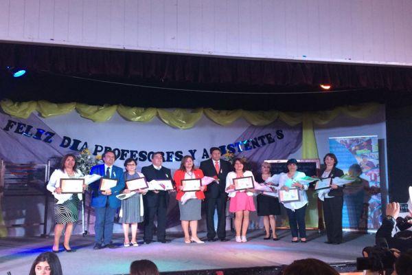 Profesores y asistentes de educación reciben homenaje en última ceremonia bajo la administración municipal