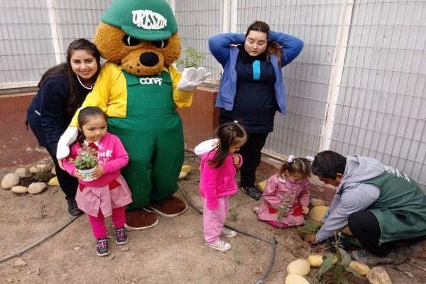 Forestín y estudiantes de Copiapó plantaron especies exóticas y nativas por el Día de la Tierra