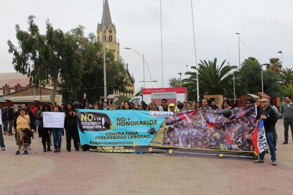 Trabajadores honorarios realizaron marcha en Caldera
