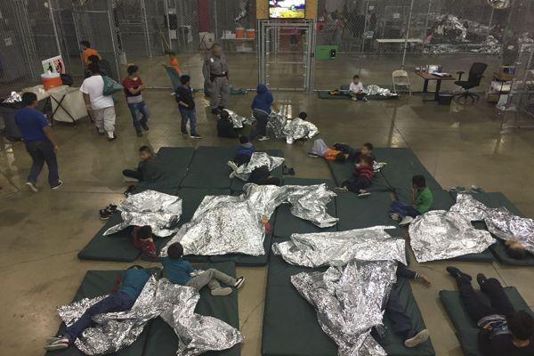Estados Unidos: niños inmigrantes encerrados en jaulas