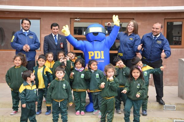 PDI de Chañaral recibe a niños de escuela Gaspar Cabrales