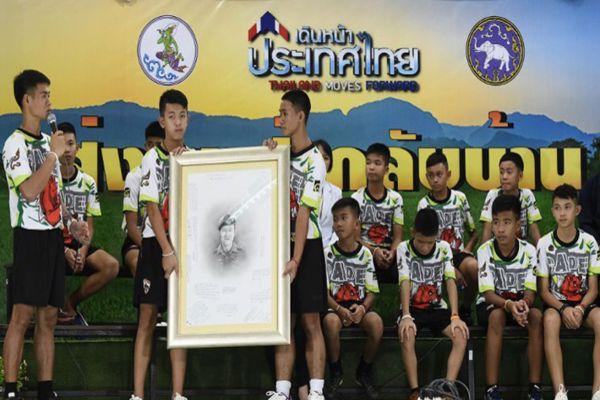 Niños tailandeses hacen homenaje a buzo que murió en su rescate