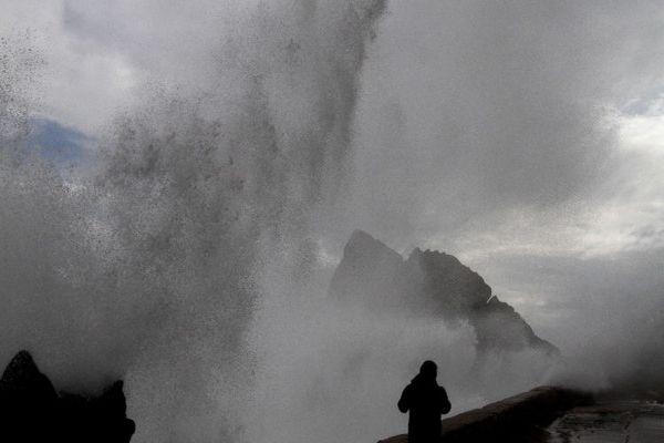 Olas de hasta 4 metros se esperan en el litoral central por nuevo sistema frontal