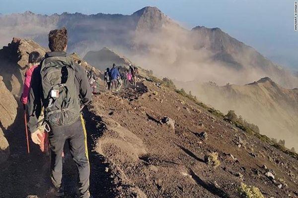 Sismo en Indonesia, dejo a mas de 500 deportistas atrapados en las laderas de un volcán
