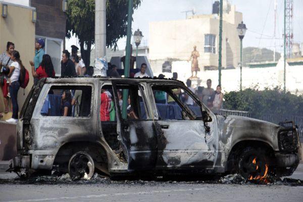 En México queman vivos a dos hombres acusados de secuestro de menores.