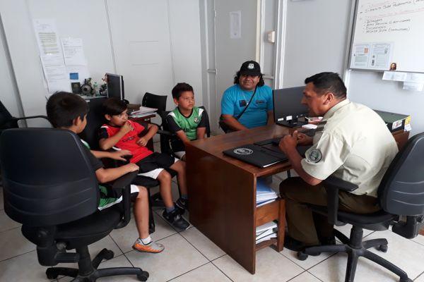 Delegación de niños del club deportivo escorial visitaron dependencias de carabineros