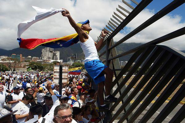 Juan Guaidó pedirá hoy ayuda internacional para derrocar a la fuerza a Nicolás Maduro
