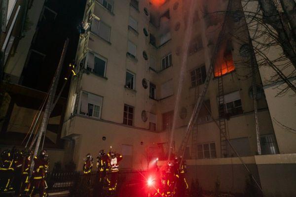 Violento incendio en que murieron 10 personas en París habría comenzado por disputa entre vecinos