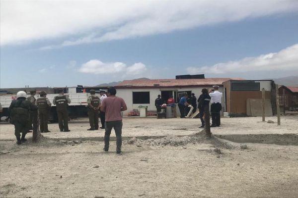 Funcionarios policiales inician desalojo de propiedades en el sector balneario de Flamenco