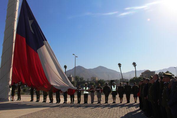Con el izamiento de la gran bandera nacional carabineros inicio mes de aniversario