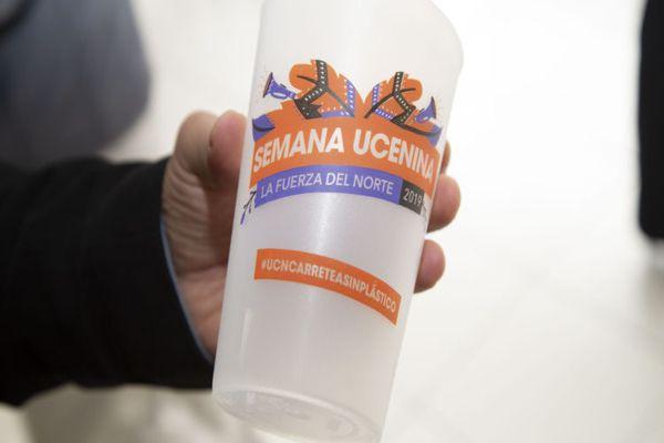 UC Antofagasta entrega vasos reutilizables en fiesta mechona