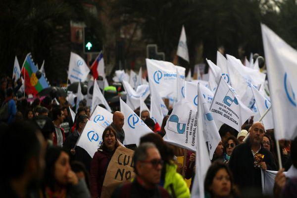 Paro nacional: marcha de profesores por la Alameda termina con incidentes y encapuchados quemados