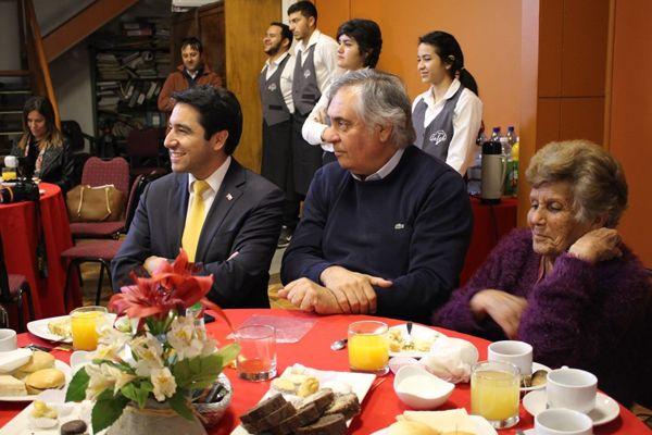 Senador Prohens e intendente Patricio Urquieta celebran junto a los adultos mayores el inicio de agosto