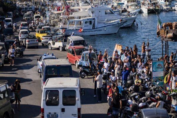 España enviará buque militar para rescatar a refugiados de Open Arms