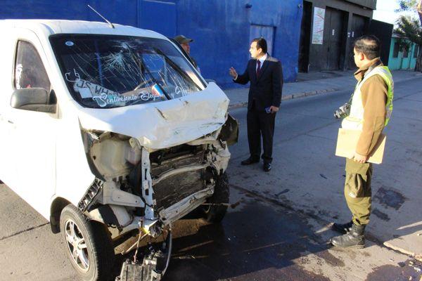 """Fiscalía formalizó por cinco delitos a conductor que no respetó señal """"Pare"""" y colisionó con carro policial"""