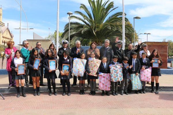 Caldera premio a estudiantes  ganadores del concurso «Mar de plástico»
