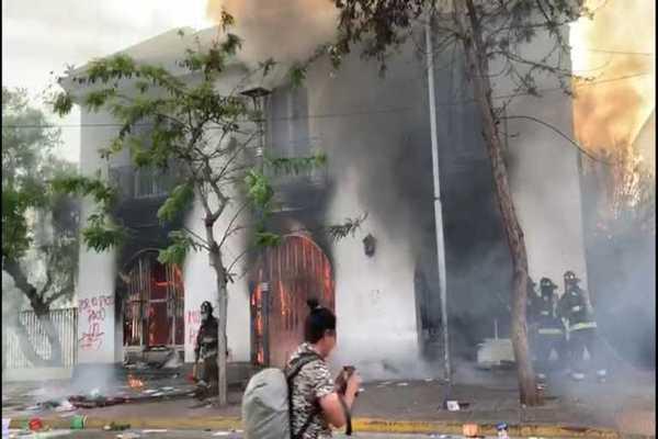 Manifestantes incendian Seremía del Trabajo y «Tía Rica» en La Serena
