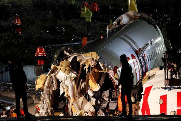 Avión que se partió al aterrizar en Turquía deja un muerto y al menos 157 heridos